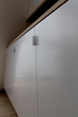 Woonkamer kast onder schuin plafond | Kroon Interieurbouw