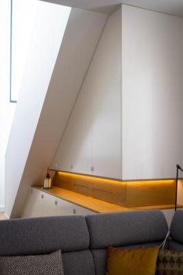 woonkamer kast onder schuin plafond, met eiken nis en gespoten frontpanelen, met ledverlichting