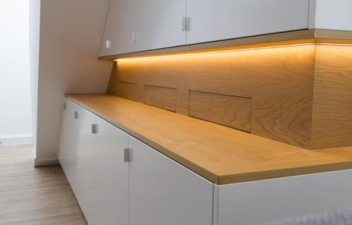 https://www.kroon-interieurbouw.nl/wp-content/uploads/2017/11/IMG_4070-woonkamer-kast-onder-schuin-plafond-met-eiken-nis-en-gespoten-frontpanelen-met-ledverlichting-500x320.jpg