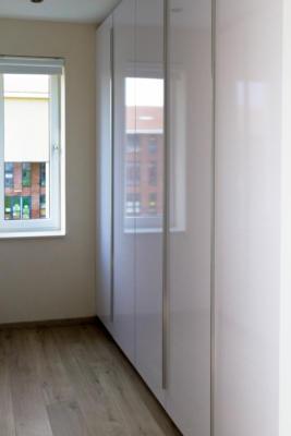 moderne walk in closet met hoogglans fronten