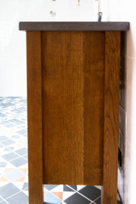 zijkant massief eiken badkamer meubel gebeitst landelijke uitstraling met zwart betonnen werkblat