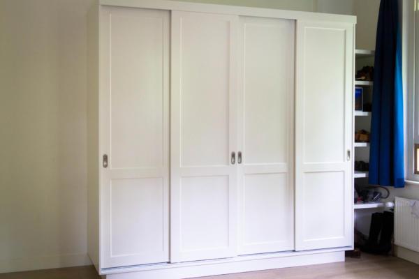 schuifdeurkast met gespoten deuren