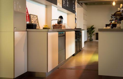 koffiebar-met-ingebouwde-koelkasten