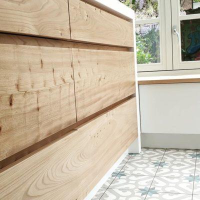 Keuken:Lade front van massief Iepenhout en gelakt met Skylt lak