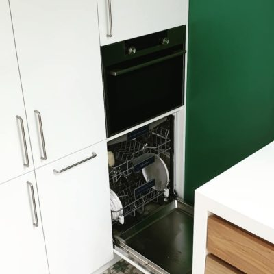 Hoge keuken kasten zijn gespoten in ral 9010 Zijdeglans
